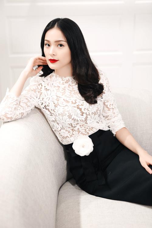 Được xem là nàng thơ của Lâm Gia Khang, chính vì thế Hạ Vi là gương mặt không thể thiếu trong show diễn đầu tiên của nhà thiết kế này.