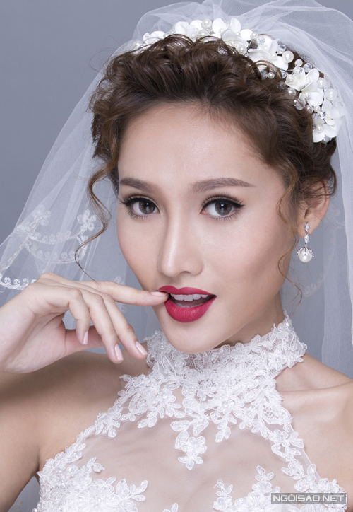 [Caption]Bộ ảnh được thực hiện bởi chuyên gia trang điểm Hồ Khanh, làm tóc Quang Vo Minh Hong, người mẫu Tô Uyên Khánh Ngọc.
