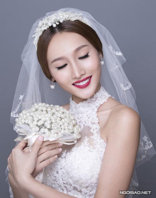 [Caption]Gương mặt vẫn được tạo khối và đánh nền kỹ lưỡng nhưng ở style make up này, chuyên gia trang điểm sử dụng son môi màu đỏ cam, gợi cảm.