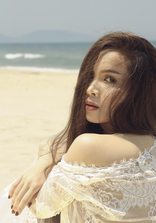 Yến Trang táo bạo bán nude trên bãi biển Đà Nẵng