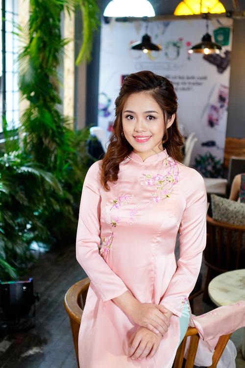Phấn má hồng nhẹ làm sáng bừng khuôn mặt mang đến sự trẻ trung nhưng không kém phần sang trọng cho cô dâu trong ngày trọng đại.Mái tóc của tân nương được tạo kiểu đơn giản mà tinh tế, phù hợp với trang phục áo dài kín đáo, thanh lịch.