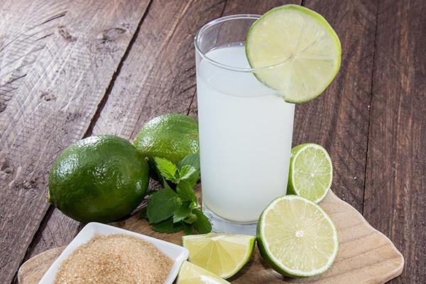 Thời điểm tốt nhất để uống nước chanh là 30 phút sau các bữa ăn vì nước chanh giúp giảm sự hấp thu của đường từ thức ăn.