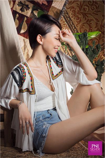 Boho-Chic đem đến vẻ đẹp cổ điển, quyến rũ và lãng mạn, nhưng lại không dễ kết hợp. Những trang phục, phụ kiện mang đến cảm giác hoang dã, phóng khoáng là lựa chọn chủ yếu cho cô nàng theo đuổi phong cách này.