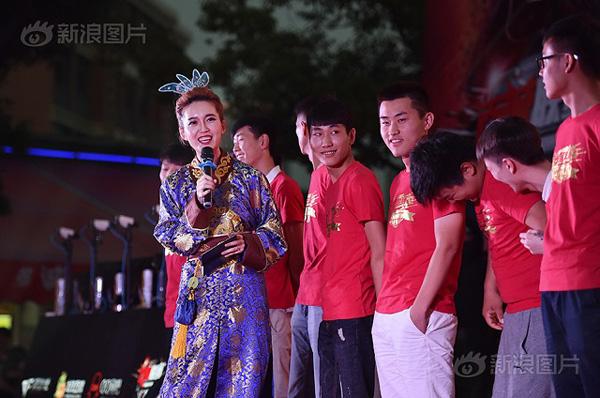 Theo Sina, năm 2014, Zhang tốt nghiệp đại học An Huy chuyên ngành phát thanh và dẫn chương trình. Với lợi thế gương mặt xinh đẹp và thân hình cân đối, cô luôn tự tin khi bước lên sân khấu. Sau hai năm vào nghề, Zhang trở thành người dẫn chương trình nổi tiếng trong thành phố.