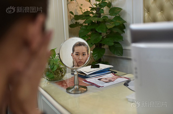 She continued to research plastic surgery and asked for advice from experts. She talked to one friend who had plastic surgery the year before. In the end, what surprised her the most was that her father and husband urged her to go through with it. After that, she finally walked into the hospital.