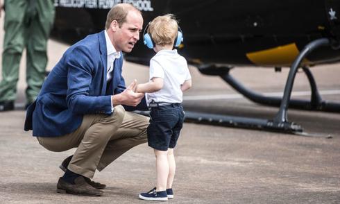 Lý do Hoàng tử William luôn ngồi xuống khi nói chuyện với con