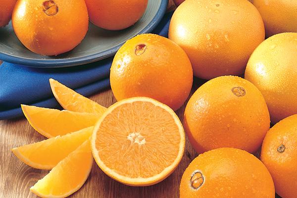 ó chứa một ham lượng vitamin C khá lơn, ngoài ra còn chứa canxi và hàm lượng axit nhất định. Do đó, cam không chỉ có khả năng giúp bảo vệ sức khỏe, tăng cường khả năng miễn dịch mà còn là một loại quả tuyệt vời giúp bạn có làn da trắng sáng mà không tốn quá nhiều công sức.