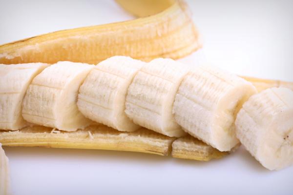 Là một trong suốt những loại trái cây giàu vitamin B6 nhất, chuối có khả năng bảo vệ hệ tiêu hoá và tăng cường sự trao đổi chất, thải độc cơ thể và làm da trắng dần từ bên trong.