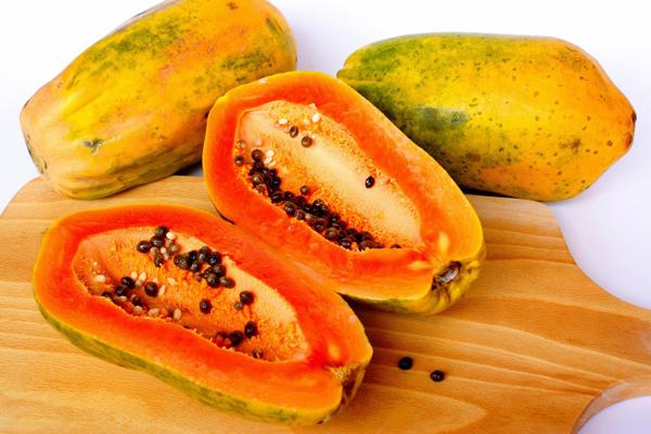 Trong đu đủ có chứa rất nhiều vitamin C và E giúp làm chậm quá trình lão hóa da. Đặc biệt, enzime papain có trong đu đủ là một hoạt chất tẩy trắng mạnh, giúp làm trắng da