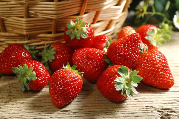 Dâu tây chứa nhiều vitamin C chống lão hóa hơn cả cam và bưởi giúp bổ sung nhiều dưỡng chất cho da, chống lão hóa, xóa mờ các vết nám đen, nứt nẻ và da khô, mang lại làn da hồng hào