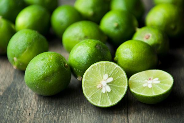 Với hàm lượng acid citic khá cao có tác dụng làm trắng da, chanh còn chứa rất nhiều vitamin C góp phần giúp da chống lão hóa, ngừa nám, loại bỏ các hắc sắc tố gây sạm da, tàn nhang.