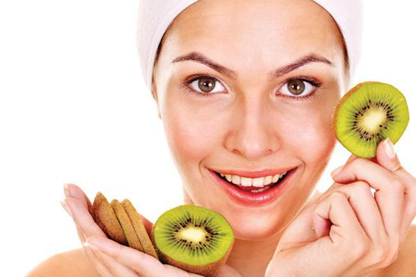 Kiwi có tác dụng như một loại mặt nạ tẩy tế bào chết, giúp làn da tươi sáng hơn chỉ trong vài phút. Xay nhuyễn kiwi và trộn với sữa chua, dầu dừa sắp đó đắp lên mặt. Kiwi là trái cây có chứa nhiều vitamin A và C rất tốt cho làn da.