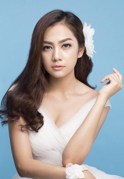 [Caption]Trong mọi phong cách trang điểm, bước nền luôn là quan trọng nhất. Riêng với make up kiểu Thái Lan, bước nền được thực hiện kỹ, làm làn da cô dâu mịn màng để chuẩn bị cho những bước làm đẹp sau đó.