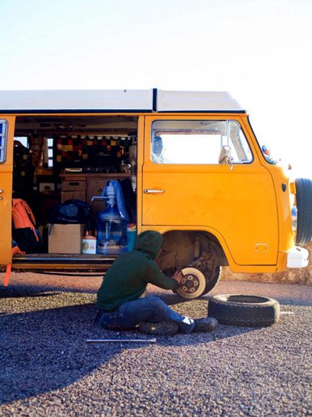 vo-chong-bo-viec-du-lich-khap-noi-bang-xe-mini-bus-4