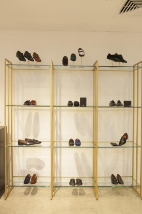 Các mẫu giày dành cho nam giới luôn hướng tới sự thanh lịch, đơn giản là chủ đạo. Ngoài dòng giày Tây cổ điển, Cellini mang đến cho khách hàng thiết kế trẻ trung và sành điệu bởi những điểm nhấn đắt giá với giày chuông thời trang, những thắt nơ hợp cá tính.