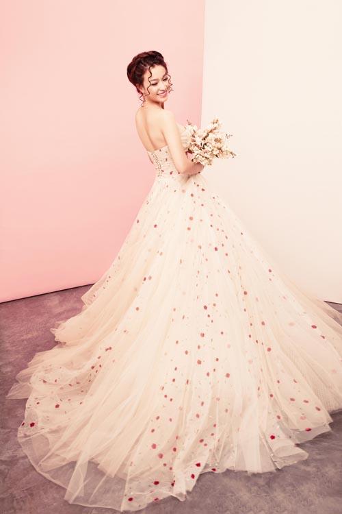 Người đẹp hóa cô dâu lộng lẫy trong những mẫu váy cưới mới nhất với sắc hồng nude chủ đạo. Váy cưới dáng bồng giúp tôn lên vẻ đẹp nhẹ nhàng, nữ tính của cô dâu phương Đông, nhưng vẫn thể hiện được sự gợi cảm qua đường cong ở eo, cúp ngực hay đường cắt mềm mại ở sau lưng.