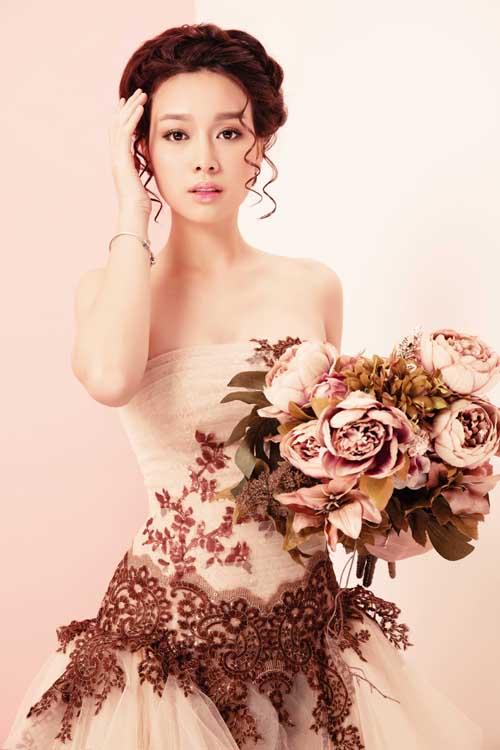 [Caption]Với tân nương yêu thích sự nhẹ nhàng, lãng mạn, màu hồng là lựa chọn phù hợp. Gam màu này tượng trưng cho tình yêu, sự trong sáng, lòng chung thủy và sự dịu dàng.