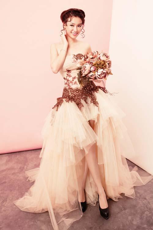 [Caption]Ở trang phục váy ngắn, nhà thiết kế  đề cao yếu tố gọn nhẹ, linh hoạt, độ dài vừa phải và nhấn nhá ở phần cúp ngực