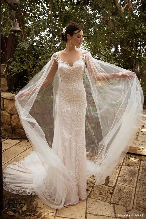 [Caption]Áo cape là loại choàng dài, vốn được các vua chúa châu Âu ưa chuộng vì vẻ lộng lẫy, sang trọng. Để kết hợp với váy cưới, cô dâu nên chọn áo chất liệu mỏng, nhẹ để tạo độ thướt tha và sắc màu trắng hoặc tương đồng với màu váy cưới.