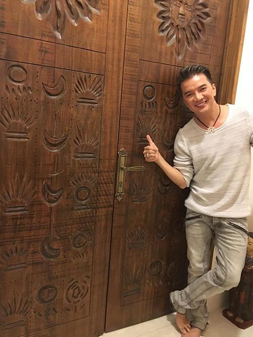Tham quan nhà Quang Dũng mà ngỡ đang ở resort .... 2 cánh cửa vô cùng đặc biệt được khắc họ tên và ngày tháng năm sinh của Dũng bằng tiếng Ai Cập....