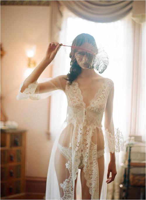 Váy ngủ quyến rũ nhưng vẫn dịu dàng, dịu dàng cùng hoạ tiết hoa ren chìm.