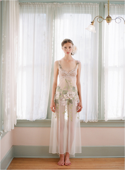 Gam màu nude pastel tôn lên vẻ đẹp trong sáng, thuẩn khuyết trong đêm tân hôn.
