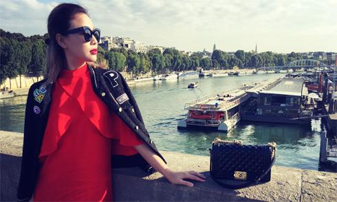 Quỳnh Thư váy đỏ nổi bật sải bước ở Paris