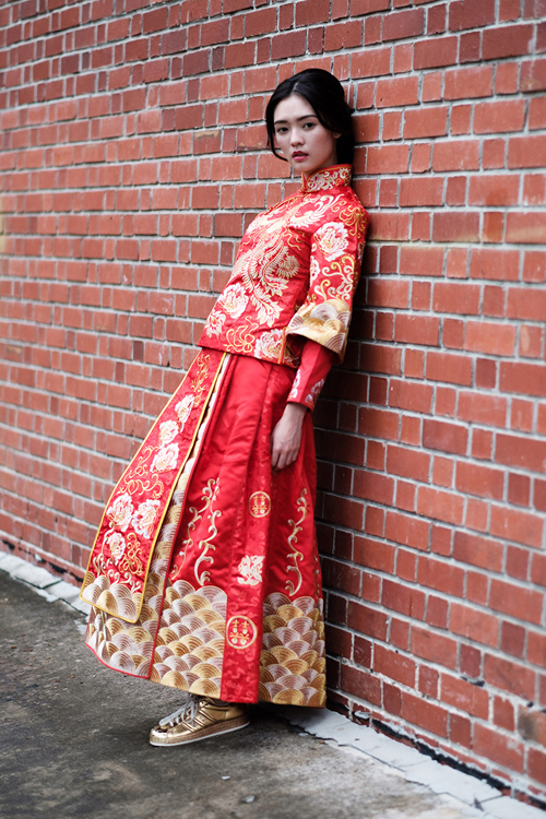 [Caption]Mong muốn sở hữu một bộ ảnh cưới độc đáo, phá cách, Amos và Laura quyết định chọn trang phục truyền thống Singapore với màu đỏ biểu trưng cho may mắn, hạnh phúc.
