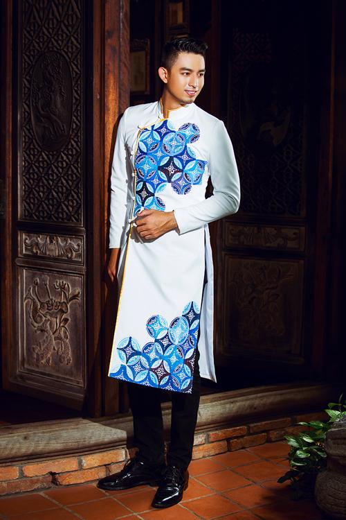[Caption]Bên cạnh các kiểu áo được thiết kế trên chất liệu vải lụa đơn sắc, vải gấm, trang phục cưới cho phái mạnh còn được trang trí một cách cầu kỳ bằng họa tiết vẽ thủ công trên chất liệu kaki.