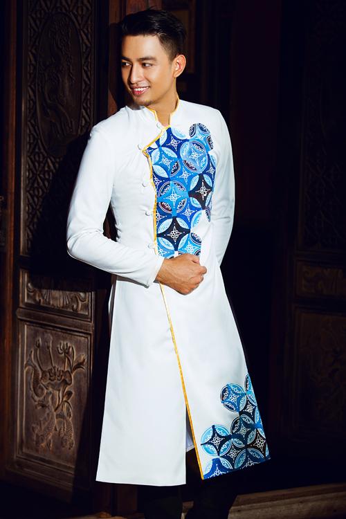 [Caption] Áo cho các chàng thường có phom dáng đơn giản, cách tân bằng kiểu vạt ngắn, để thoải mái trong việc di chuyển, đi lại.