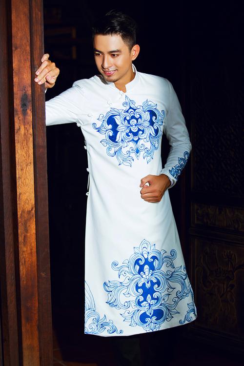 [Caption]Áo dài trắng dễ hợp với làn da của chú rể Việt. Sắc màu sáng cũng khiến chú rể thêm trẻ trung, lịch sự.
