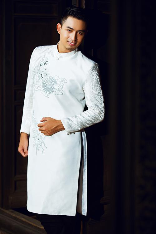 [Caption]Áo dài màu tráng với hoa văn ghi xám trang nhã, trung tính phù hợp với chú rể thích truyền thống nhưng không ưa quá nổi bật.