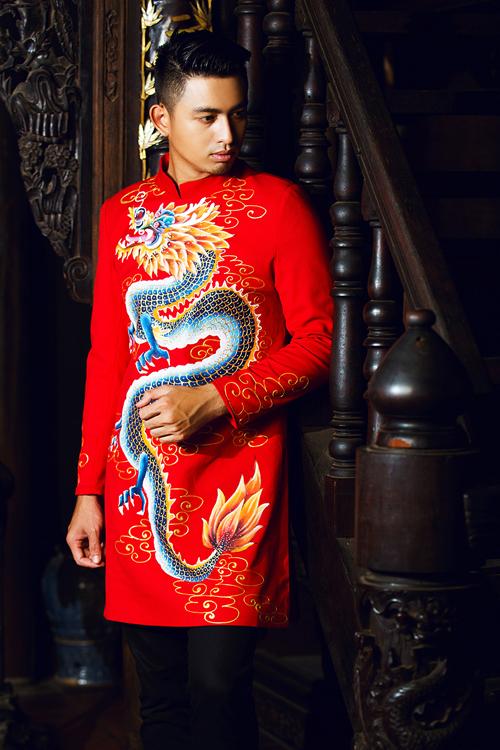 [Caption]Họa tiết những chú rồng dũng mãnh trở thành điểm nhấn nổi bật và mang đến nét uy quyền cho các mẫu áo dài cưới.