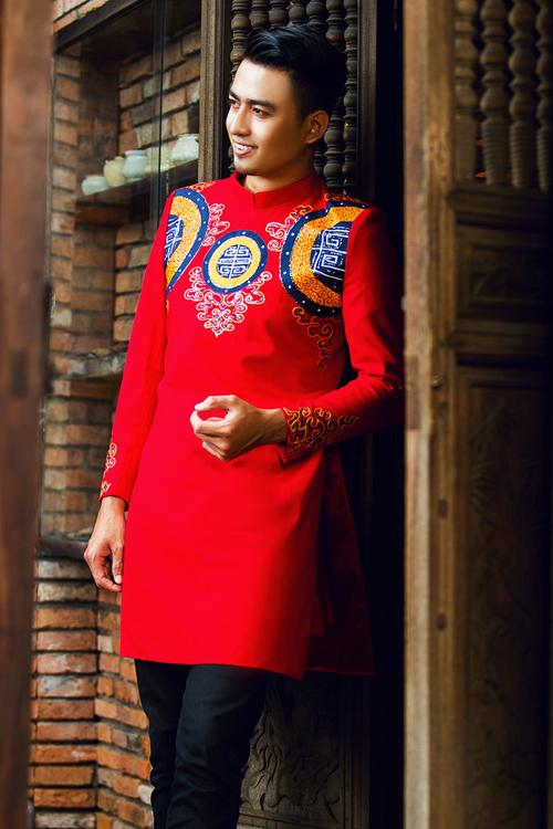 [Caption]Áo dài cưới sắc đỏ vẫn là lựa chọn được nhiều chú rể lựa chọn nhất vì sắc đỏ tượng trưng cho hạnh phúc, may mắn trong đám cưới.