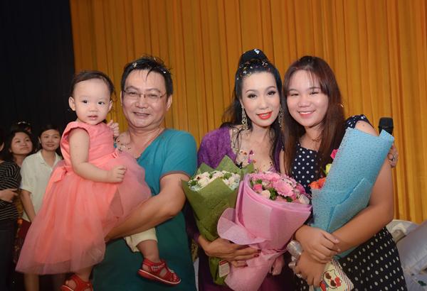 trinh-kim-chi-nghen-ngao-khi-chong-va-2-con-mung-sinh-nhat-5