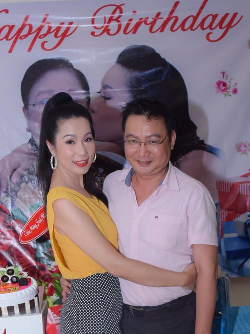 trinh-kim-chi-nghen-ngao-khi-chong-va-2-con-mung-sinh-nhat-7