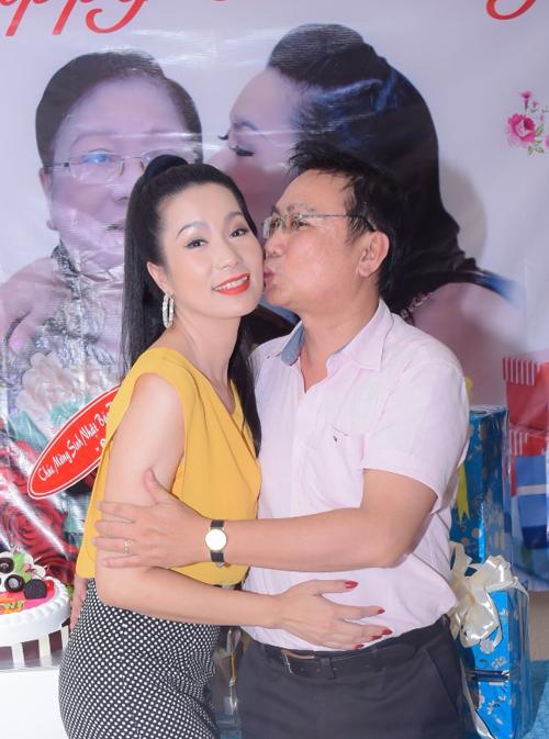 trinh-kim-chi-nghen-ngao-khi-chong-va-2-con-mung-sinh-nhat-8