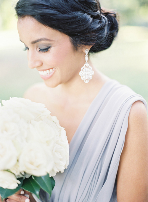 [Caption]Đôi hoa tai đính đá, buông rủ nhẹ nhàng sẽ tăng thêm vẻ gợi cảm, quyến rũ cho các cô dâu mới.