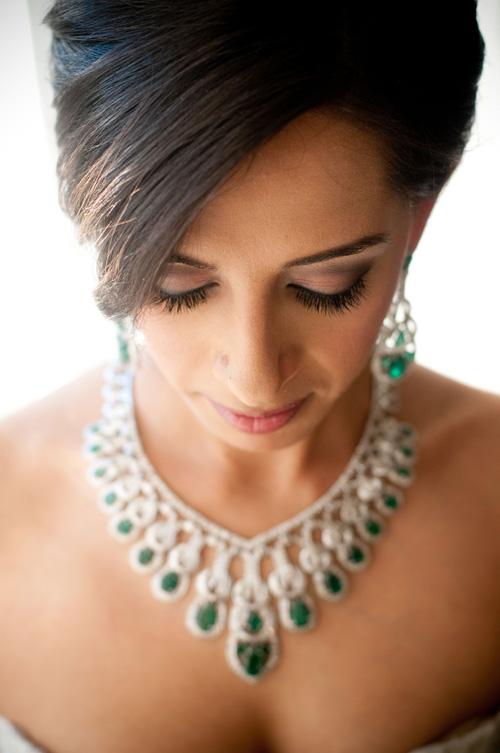 [Caption]- Khuyên tai to bản có màu sắc tương phản với váy cưới hoặc đính đá màu xanh sẽ phù hợp với cô dâu cá tính, tạo sự nổi bật.