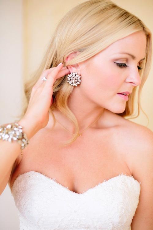 [Caption]Bên cạnh những món đồ quen thuộc như nhẫn cưới, dây chuyền, cô dâu thường ít chú ý đến đôi hoa tai nhỏ mà có võ. Phụ kiện này là một điểm nhấn thú vị, mang đến vẻ sang trọng, quý phái và khiến gương mặt tân nương thu hút hơn.