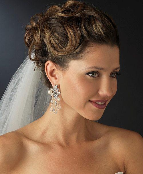 [Caption]Hoa tai dài đặc biệt phù hợp với cô dâu có khuôn mặt tròn, to vì nó giúp cô dâu ăn gian chiều dài khuôn mặt, tạo cảm giác thon gọn, cân đối.