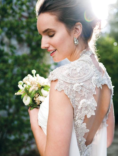 [Caption]những dáng hoa tai này hút sự chú ý vào bờ vai thon gọn và chiếc cổ xinh xắn, nên sẽ là sự lựa chọn hoàn hảo cho dáng váy có cổ rộng hoặc khoe vai trần nuột nà.