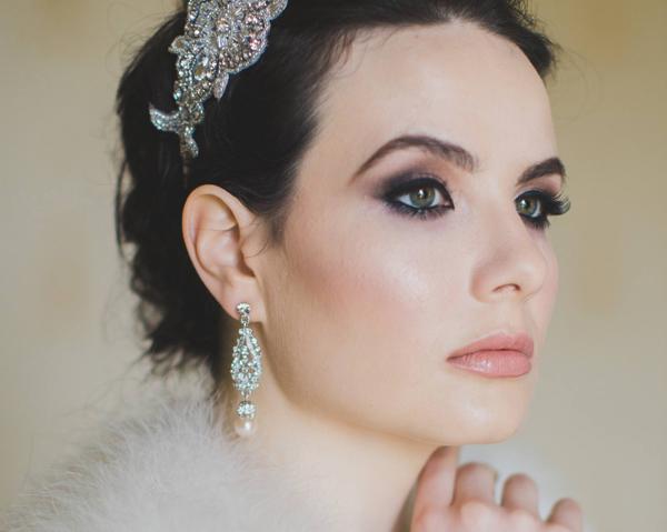 [Caption]Theo các stylist, khi sử dụng khuyên tai to bản, cô dâu có thể bỏ qua vòng cổ để giữ vẻ thanh thoát, không rườm rà.