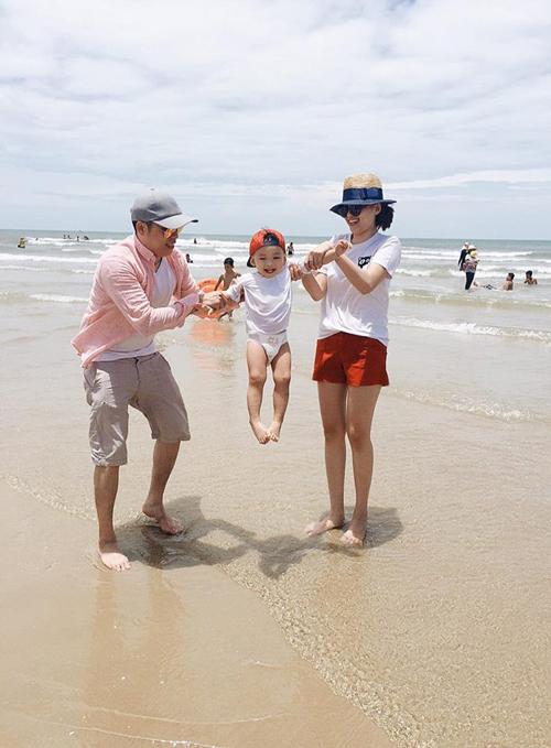 Diễm Hương hạnh phúc chia sẻ khoảnh khắc cả gia đình đi chơi ở biển cùng bé Noah: