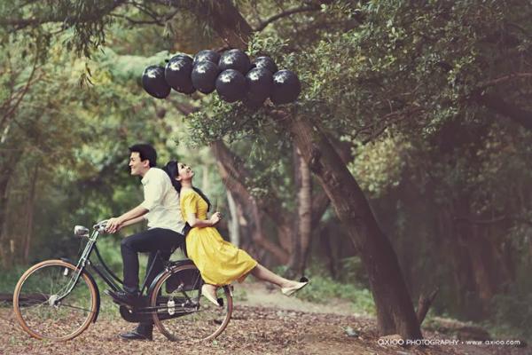 [Caption]Với sự trợ giúp của một số phụ kiện: vespa, xe đạp, xích lô& sẽ giúp cải thiện chiều cao đáng kể của các chú rể. Những phụ kiện này còn giúp bức hình của đôi bạn thêm lãng mạn, độc đáo mà không hề nhàm chán.
