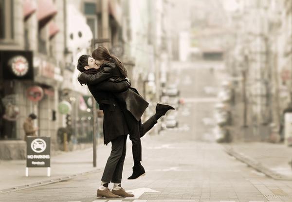 [Caption]Đây là một các tạo dáng chụp ảnh cưới được rất nhiều cặp đôi lựa chọn. Nó không chỉ giúp chú rể che đi khuyết điểm của mình mà còn thể hiện được tình cảm lãng mạn giữa hai người.