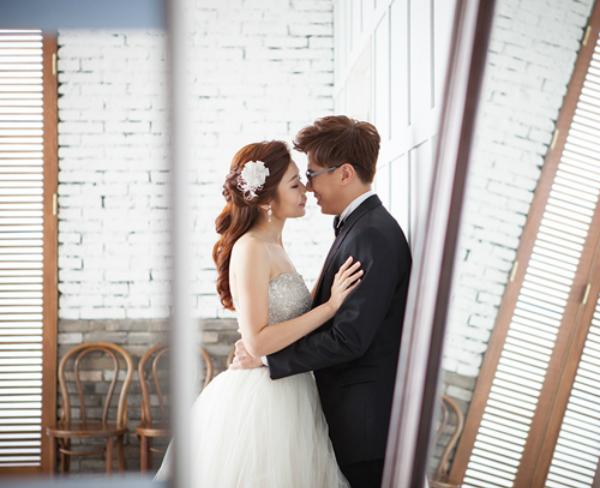 [Caption]Khi bức ảnh chỉ có khuôn mặt của hai người, thật khó mà đoán được chiều cao của cô dâu, chú rể.