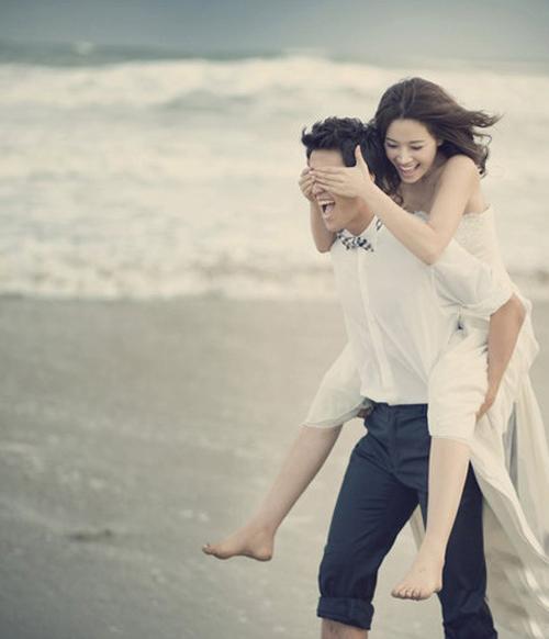 [Caption]Tình cảm mà lại vô cùng hiệu quả, tư thế này đáng để các cặp đôi chênh lệch chiều cao thử nghiệm trong bộ ảnh cưới của mình.
