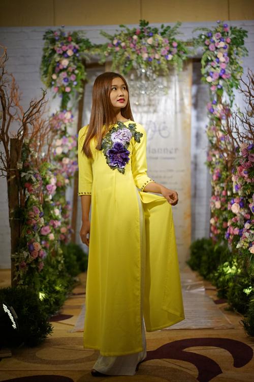 [Caption]Chiếc áo dài màu vàng rực rỡ như nắng hè sẽ làm cô dâu tươi trẻ, đáng yêu.