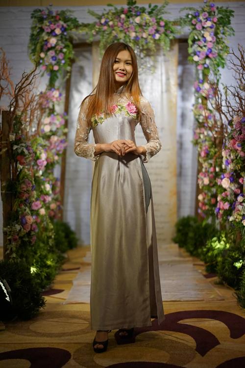 Sự kết hợp độc đáo giữa ren và lụa bóng mang đến nét mới lạ cho tà áo dài truyền thống. Cùng áo dài, phong cách trang điểm và kiểu tóc góp phần hoàn thiện hình ảnh của cô dâu trong ngày trọng đại. Cô dâu nên tạo kiểu tóc đơn giản cùng phong cách trang điểm tự nhiên, duyên dáng.